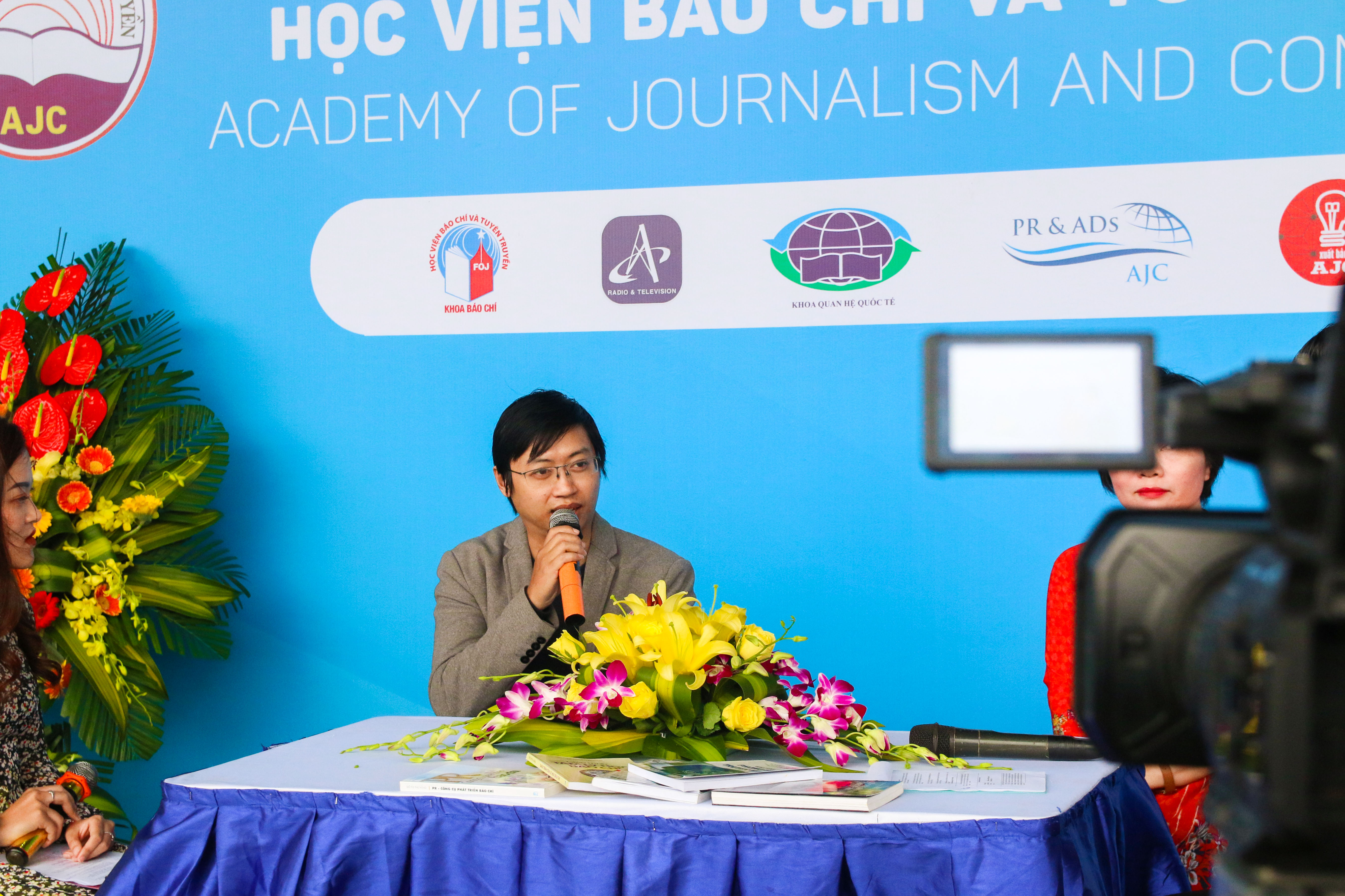 A. Đinh Việt Phương trả lời phỏng vấn trong hội báo toàn quốc