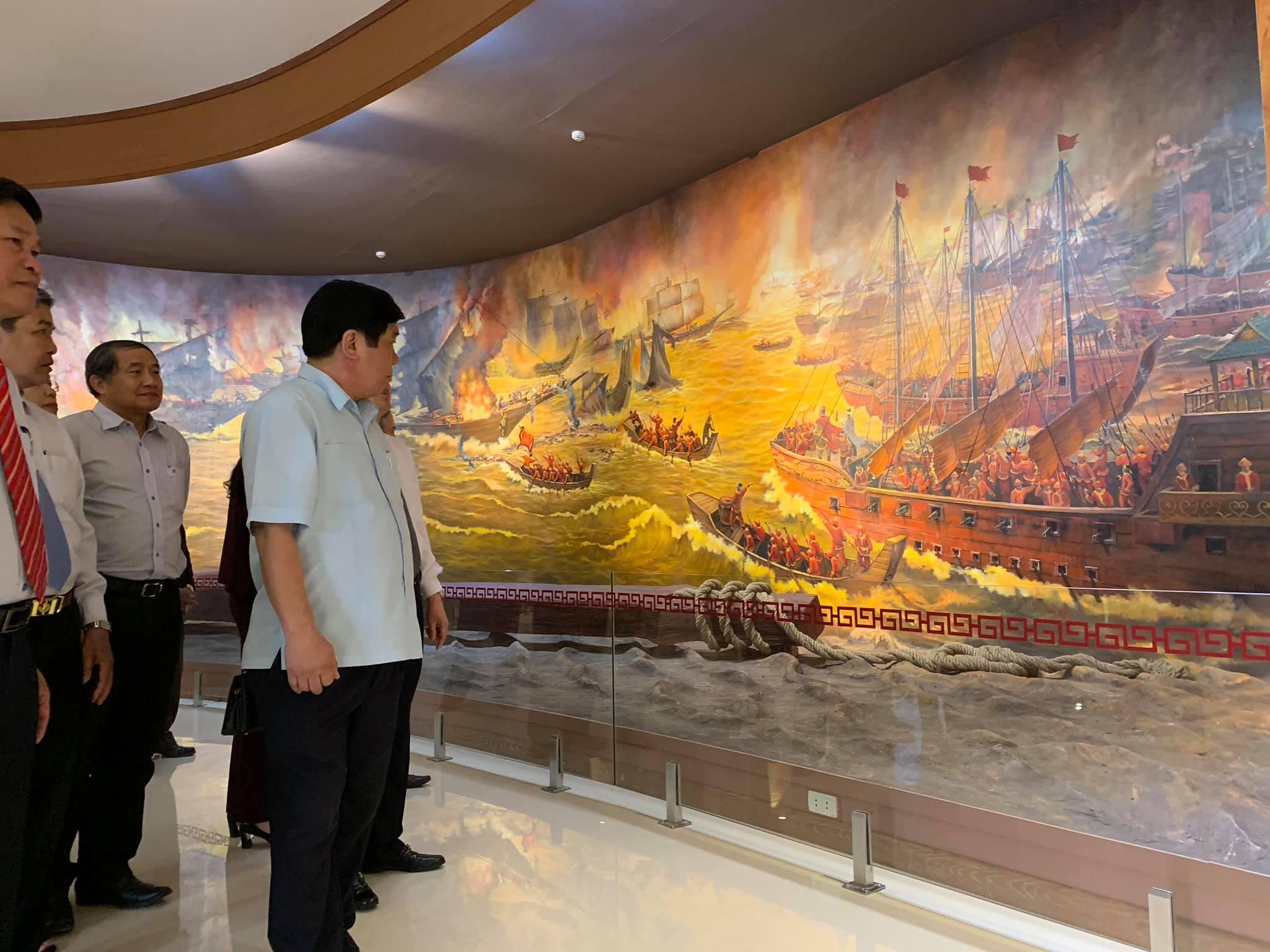 Các đại biểu tham quan Nhà trưng bày Bảo tàng Quang Trung