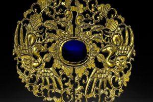 Cúc áo Phượng (Phượng Khấu) qua 2 phiên bản phôi và phiên bản mạ vàng, được quét in từ kỹ thuật in 3D, mô phỏng chính xác gần như tuyệt đối so với nguyên mẫu.